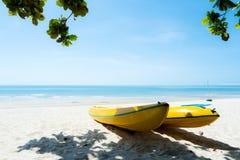 Желтые шлюпки каяка на пляже лета Стоковые Изображения