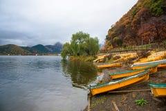 желтые шлюпки на озере Kawaguchiko Стоковые Изображения
