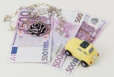 Желтые ювелирные изделия и деньги автомобиля Стоковое фото RF
