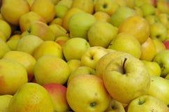 Желтые яблоки на предпосылке рыночного местя Стоковое Фото