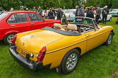 Желтый автомобиль спорт MGB с клобуком вниз Стоковая Фотография RF