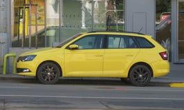 Желтый автомобиль фуры станции Skoda Octavia в Брне Стоковые Фото
