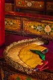 Желтый атрибут шляпы тибетского буддизма стоковые изображения