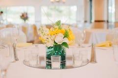 Желтый & белый Centerpiece свадьбы Стоковые Фото