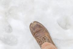 Желтый ботинок в конце снега Стоковая Фотография