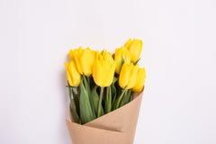 Желтый букет тюльпанов на белой предпосылке Стоковые Изображения RF