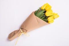 Желтый букет тюльпанов на белой предпосылке Стоковая Фотография