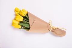 Желтый букет тюльпанов на белой предпосылке Стоковые Фото