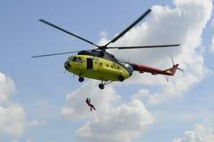 Желтый вертолет MI-8 повиснул с открыть дверью Посадка  Стоковая Фотография RF