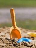 Желтый ветроуловитель и голубая форма в песке Стоковая Фотография