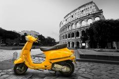 Желтый винтажный самокат Стоковое Фото