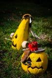 Желтый Джек-O-фонарик 2 на траве стоковая фотография