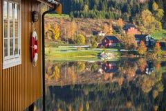 Желтый деревянный дом Стоковые Фотографии RF