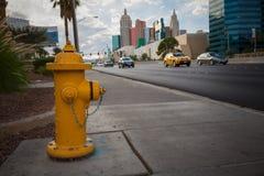 Желтый жидкостный огнетушитель на дороге стоковое фото rf