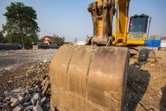 желтый затяжелитель backhoe на строительной площадке и работе стоковое фото rf