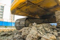 желтый затяжелитель backhoe на строительной площадке и работе стоковое фото