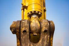желтый затяжелитель backhoe на строительной площадке и работе стоковые изображения rf