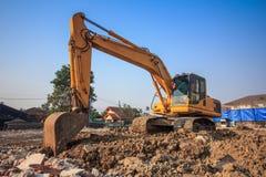 желтый затяжелитель backhoe на строительной площадке и работе стоковая фотография