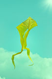 Желтый змей летания на небе Стоковое Изображение