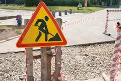 Желтый знак безопасности предупреждает о дорожных работах знак конструкции вниз Стоковые Фото