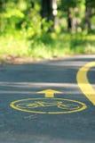 Желтый знак велосипеда на майне велосипеда в парке Стоковое Фото
