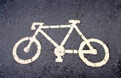 желтый знак велосипеда на дороге Стоковое Изображение RF