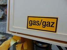 Желтый знак газа на белой коробке дома Стоковые Изображения RF