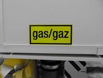 Желтый знак газа на белой коробке дома Стоковые Изображения