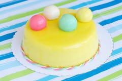 Желтый именниный пирог с покрашенными шариками Стоковое Фото