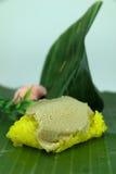 Желтый липкий рис при тайский заварной крем обернутый в лист банана plat стоковая фотография