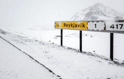 Желтый исландский дорожный знак с направлением Стоковые Изображения
