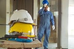 Желтый и белый шлем с инструментом деятельности мастера инженера Стоковые Изображения RF