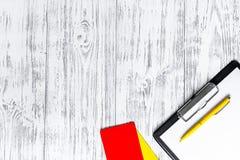 Желтый и красный рефери чешет деревянное copyspace взгляд сверху предпосылки Стоковые Фото