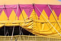 Желтый и розовый шатер цирка стоковая фотография