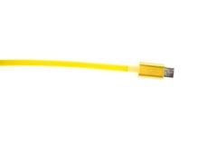 Желтый кабель соединителя usb micro на белой предпосылке Горизонтальная рамка Стоковая Фотография RF