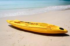 Желтый каяк на пляже Стоковая Фотография RF