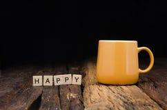 Желтый керамический пустой почтовый ящик кружки и бамбука аранжировал слова ha Стоковые Фото