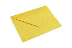 Желтый конверт изолированный на белизне стоковая фотография