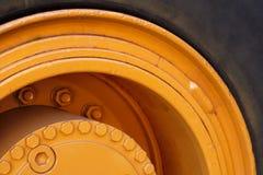 Желтый конец трактора экскаватора автошины вверх по кругу макроса Стоковое Изображение