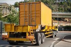 Желтый контейнер на тележке стоковые изображения rf