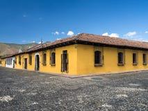 Желтый колониальный дом типа Стоковое фото RF