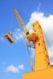 Желтый кран с голубым небом Стоковая Фотография