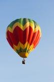 Желтый, красный и зеленый воздушный шар в полете Стоковая Фотография RF
