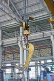 Желтый крюк крана фабрики Стоковые Фото