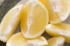 Желтый кусок грейпфрута на плите Стоковое фото RF