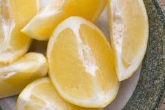Желтый кусок грейпфрута на плите Стоковое Фото