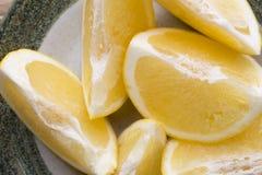 Желтый кусок грейпфрута на плите Стоковые Фото