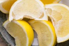 Желтый кусок грейпфрута на плите Стоковые Изображения