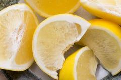 Желтый кусок грейпфрута на плите Стоковое Изображение RF