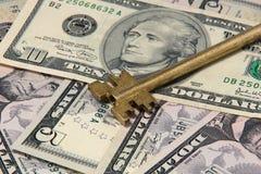 Желтый ключ на крупном плане долларовых банкнот Стоковая Фотография RF
